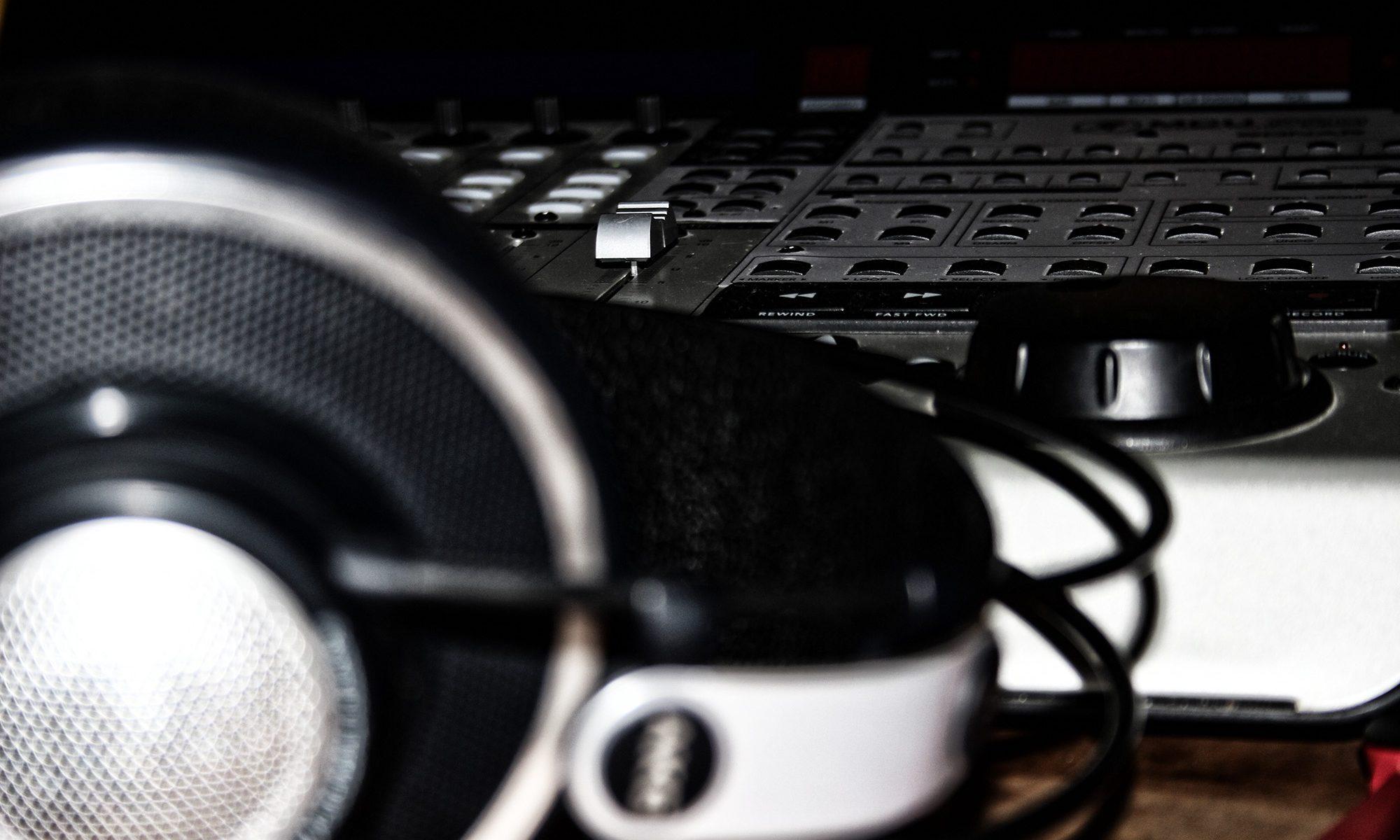 AKG Headphones und Makie Mixingkonsole